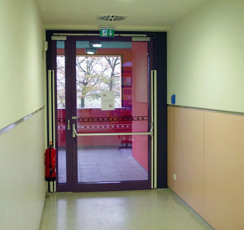 sichere schule flure und treppen flucht und rettungswege 01 informationen. Black Bedroom Furniture Sets. Home Design Ideas